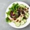 Blattsalat mit Gurke, Granatapfel und Schafskäse